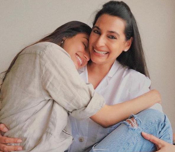 athiya-shetty-mother